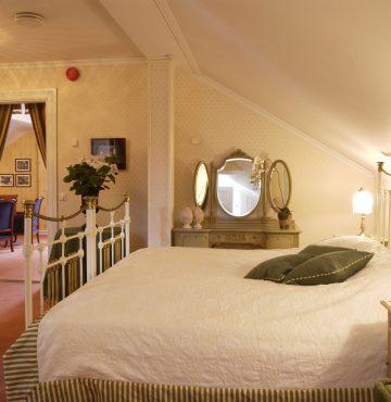 Soverom på Haakon VII suiten. Med orginal seng som kong Haakon VII sov i når han var gjest på godset