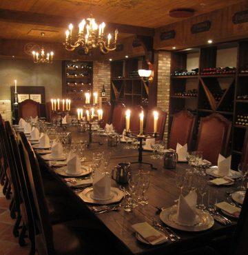 Vinkjelleren på Losby Gods dekket til middag