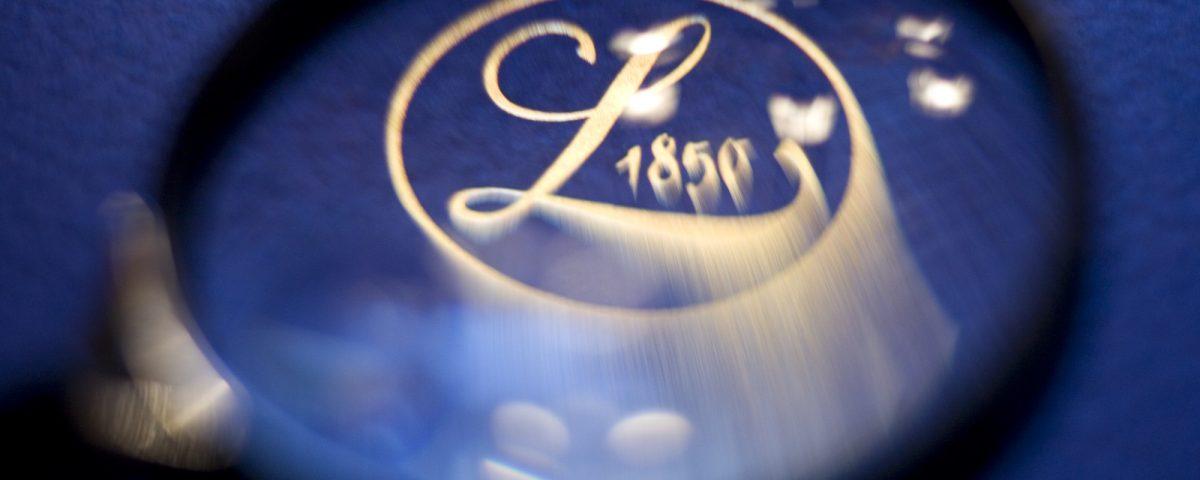 Lupe over Logoen til Losby Gods - herregårdsmord