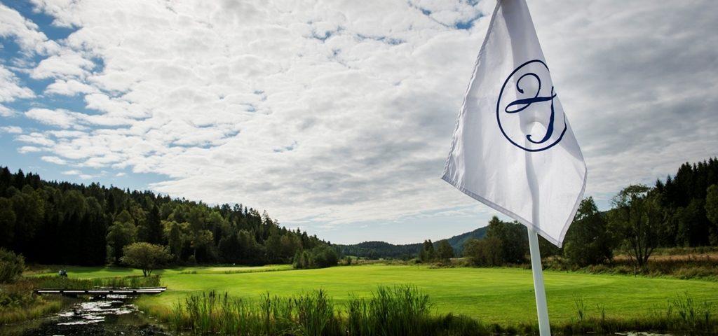 Flagg på en av greenene på 18 hulls banen på Losby Gods. Benjamin A. Ward