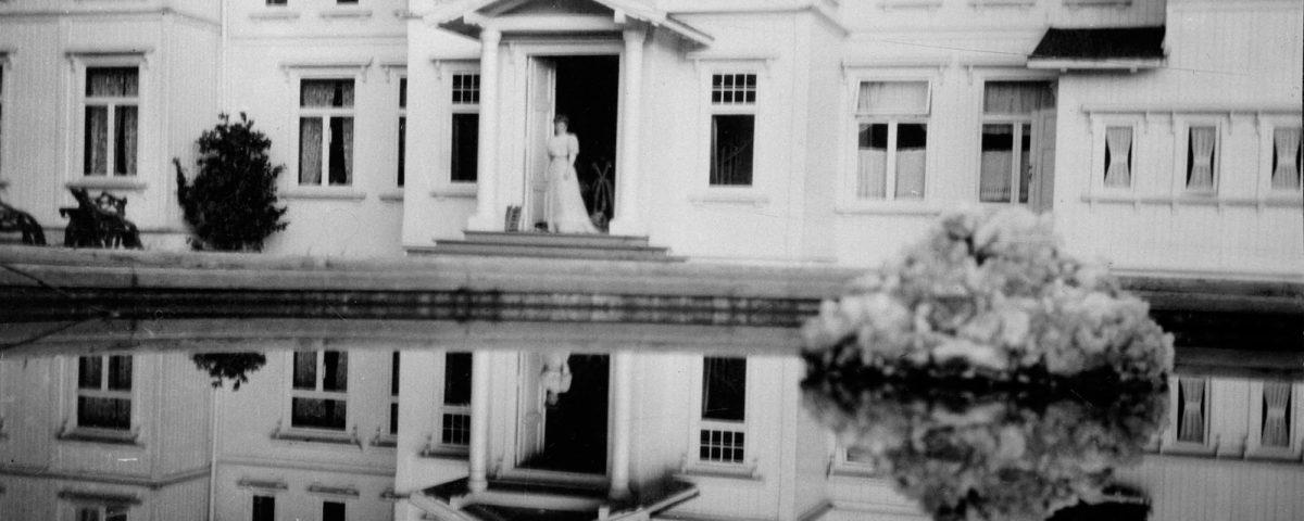 Billedgalleri - Fruen på Losby, Kathrine Boeck, står på trappen til den ærverdige godsbygningen på Losby Gods.