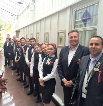 Personalet på Losby Gods venter på at gjesetene skal komme for å feire norges nasjonaldag.