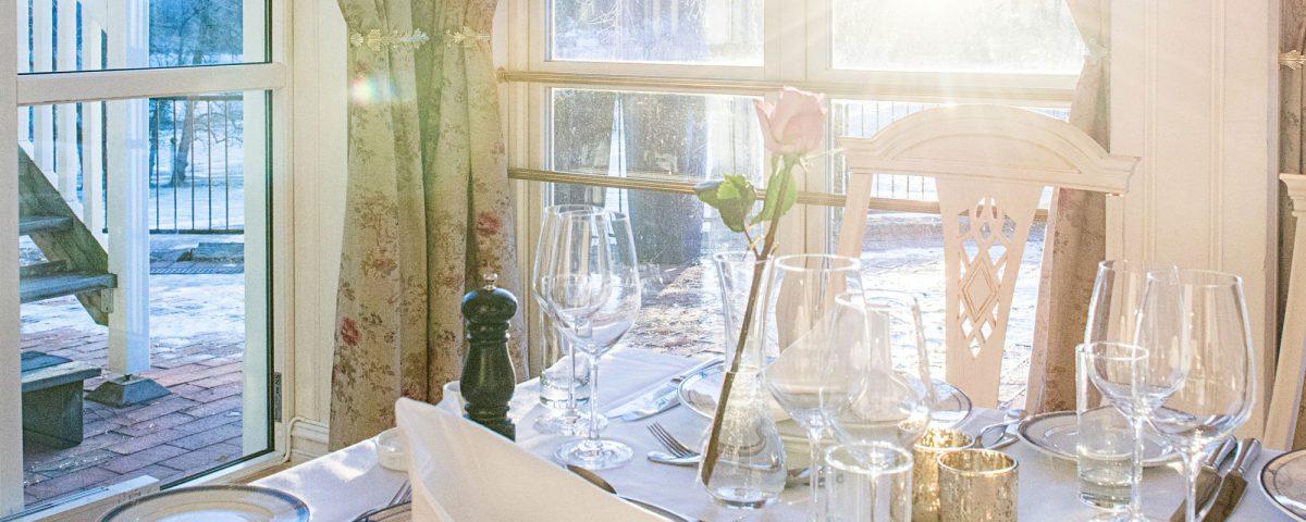 Dekket til bryllup i Meyersalen på Losby Gods