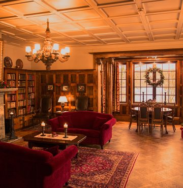 Biblioteket på Losby Gods pyntet til jul