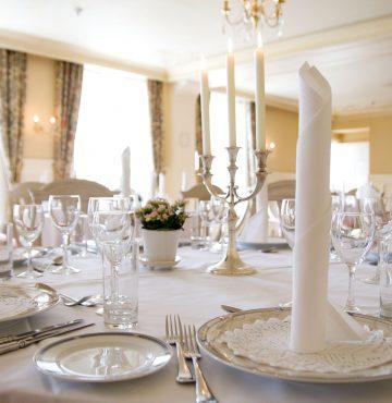 Dekket bord i Fruenssal Losby Gods Bryllup
