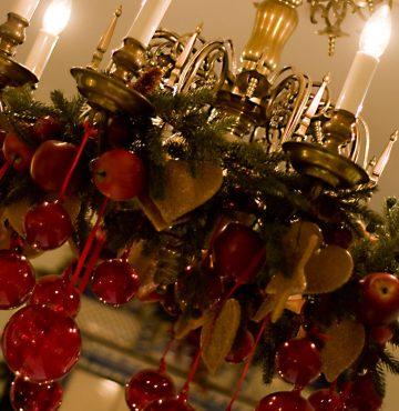 Lysekrone i restauranten pyntet til jul