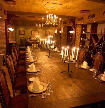 Vinkjelleren på Losby Gods dekket opp til middag.