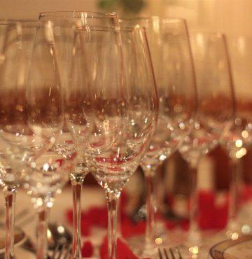 Glass satt klart til vinsmaking på Losby Gods